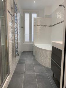Chantier de Renovation - Salle de bain - Grande baignoire, sèche serviette, cabine de douche, luminaire